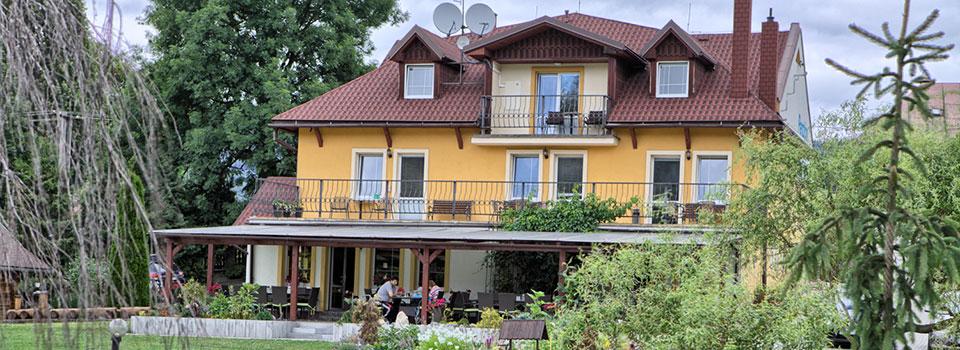 Pohľad na penzión Fantázia v obci Michalová v lete